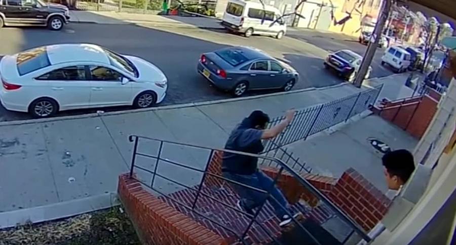Hombre empuja a otro por las escaleras.