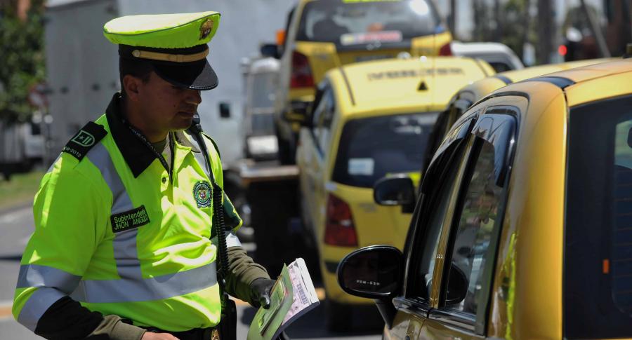 Policía detiene a taxi