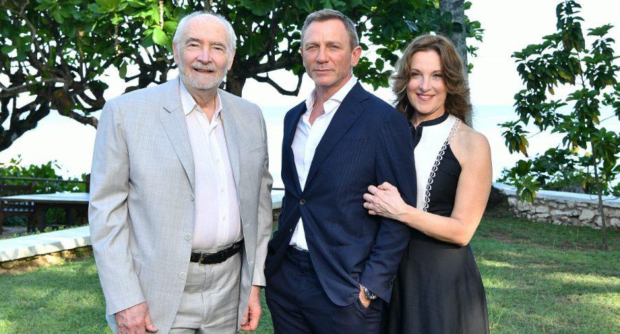 Michael G. Wilson, Daniel Craig y Barbara Broccoli.