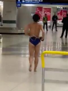 [Videos] Mujer exhibicionista se desnudó en pleno aeropuerto de Miami y terminó arrestada