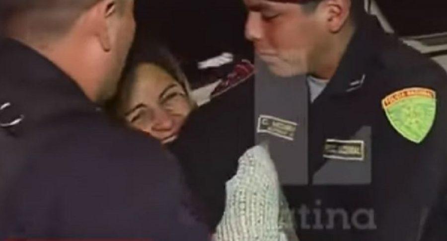 Mujer muerde a policía en Perú