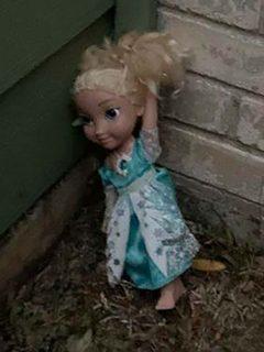 Familia asegura que muñeca está embrujada y 'vuelve' a casa cada vez que la botan
