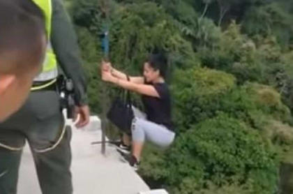 Mujer que iba a saltar de puente
