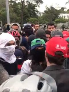 """""""No nos sirve para nada"""": encapuchado enfrenta a secretario de Gobierno de Claudia López"""