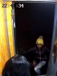 [Video] Mujer estuvo a punto de caer de tren en marcha, por bandido que le robó bolso