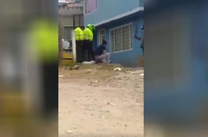 Policías maltraran a perro.