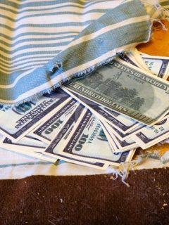 Encontró una fortuna dentro de sofá que compró de segunda, pero devolvió cada centavo