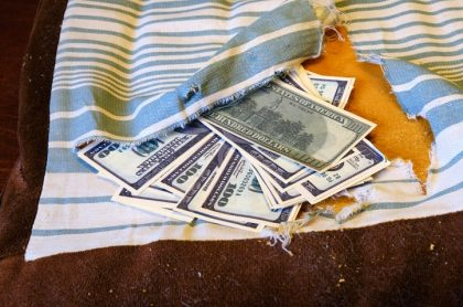 Dólares dentro de sofá / almohada