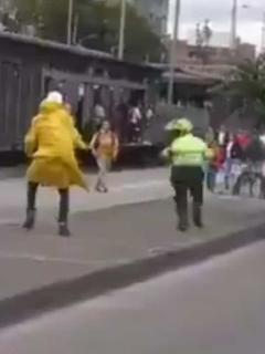 [Video] Patadón de cobarde encapuchado contra un policía indigna a famosos en redes