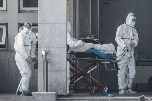 Levantamiento de hombre muerto por el misterioso virus en China