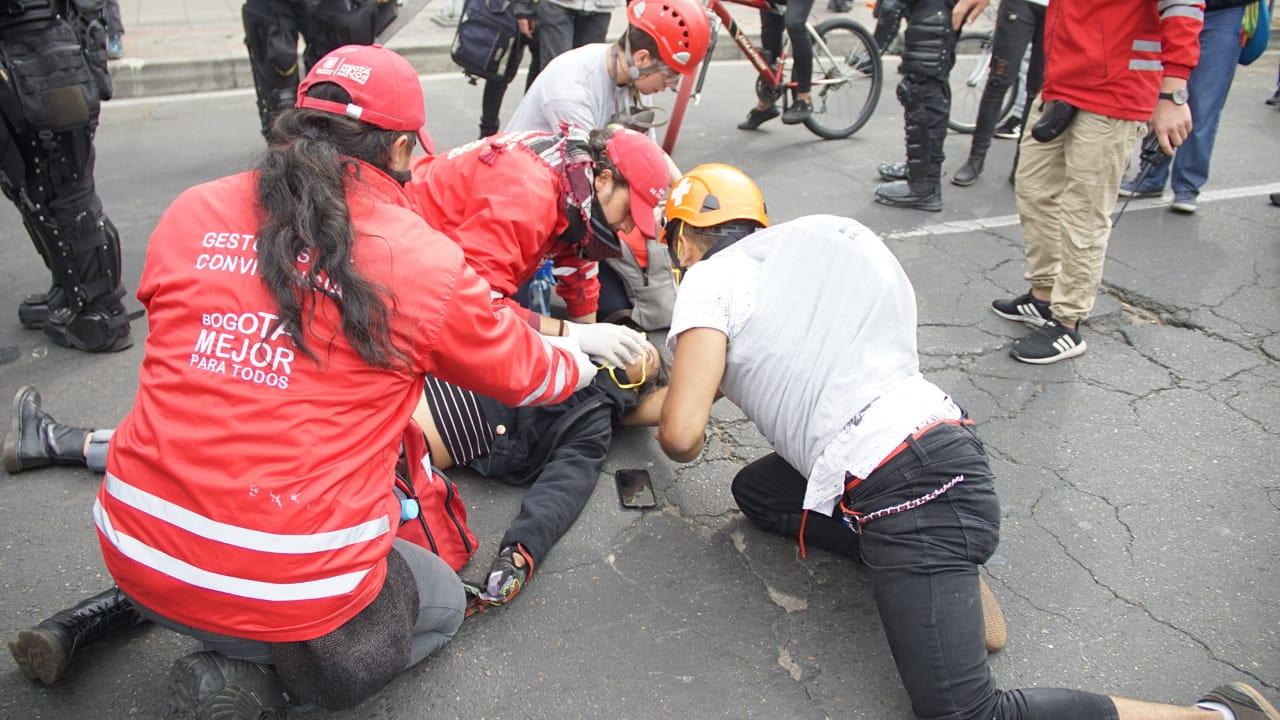 Atención a joven herida en protestas