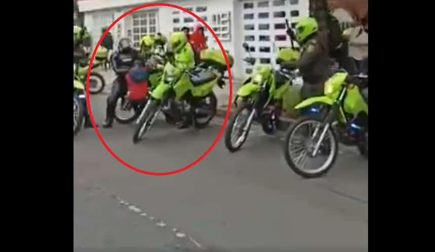 Policías golpeando con bolillo a joven