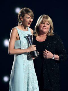 """Taylor Swift confesó que su mamá tiene un tumor: """"He aprendido que hay problemas reales"""""""