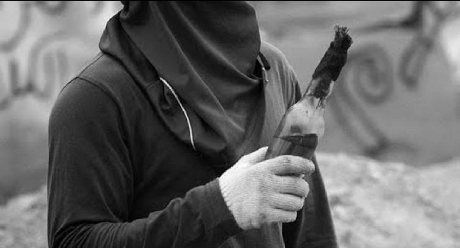 Encapuchado con bomba molotov