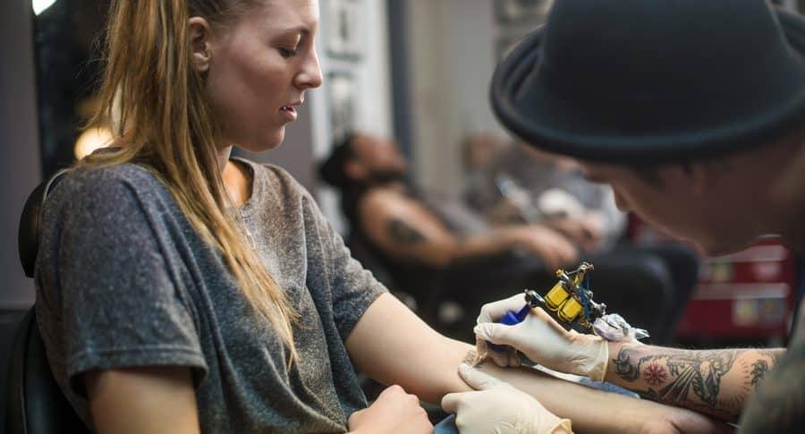 Hombre tatuando