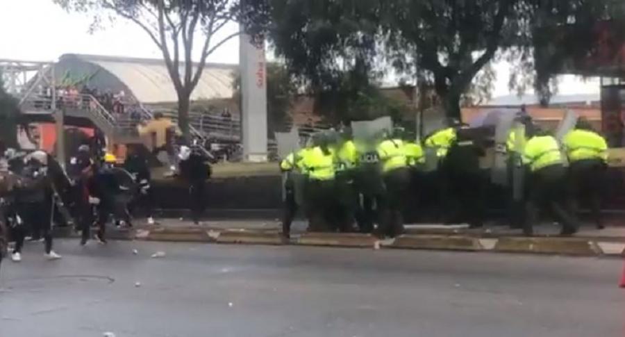 Encapuchados atacando policías
