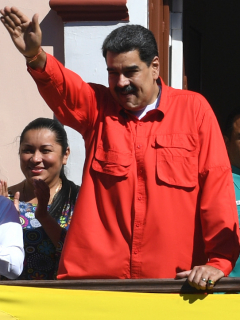 """El insulto de Maduro a Guaidó, desde balcón: """"¿Quién coño te eligió a ti?"""""""