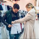 Hombre comprando ropa interior