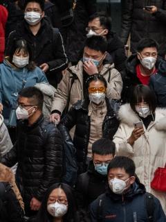 La población china confinada para contener el virus ya es mayor que la de toda Colombia