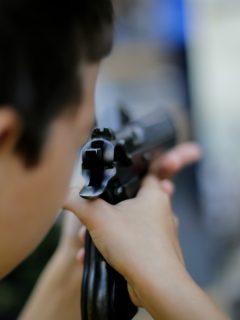 Niños aprenden a usar armas largas para defenderse de narcotraficantes, en México
