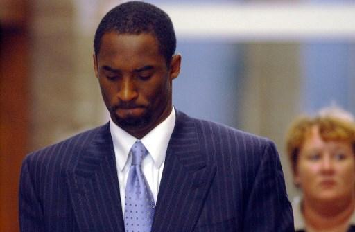 Kobe Bryant presentándose en el 2004 ante la justicia por la acusación de violación