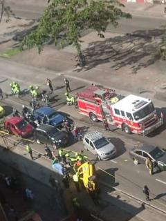 [Fotos] Trancada avenida Caracas de Bogotá por taxi que se volcó y dejó 3 heridos