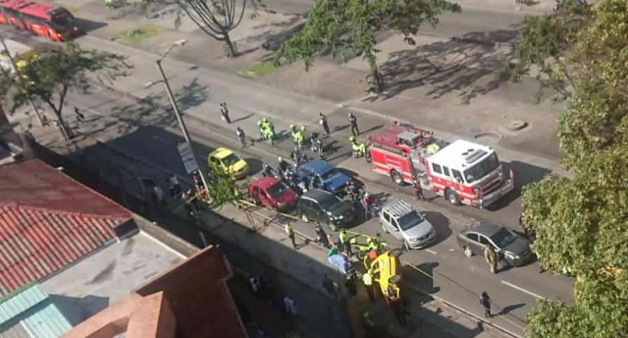 Taxi volcado en la avenida Caracas de Bogotá