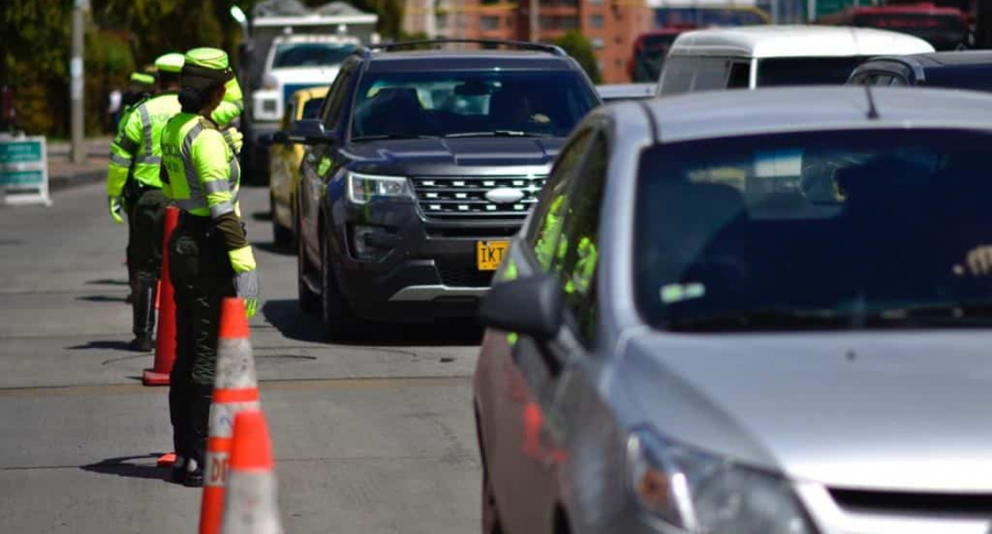 Policias y carros en Bogotá
