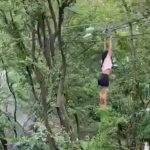 Mujer suspendida de cable