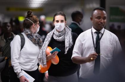 Pasajeros con tapabocas por virus de Wuhan