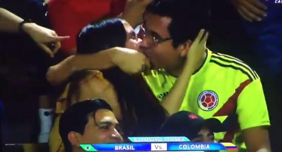 Aficionados colombianos en kiss cam