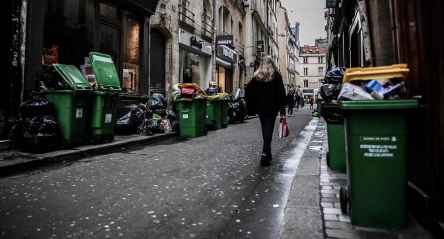 Calle de París inundada de basuras