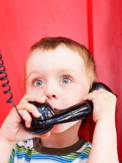 Niño hace llamada