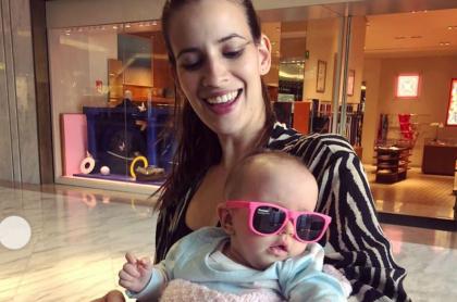 Laura Londoño, actriz, con su hija, Allegra.