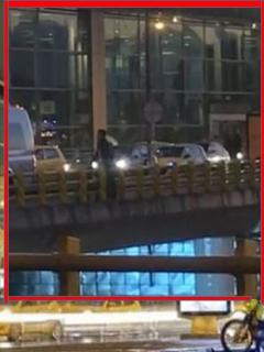 Momento en el que hombre permanece sobre el puente del aeropuerto El Dorado