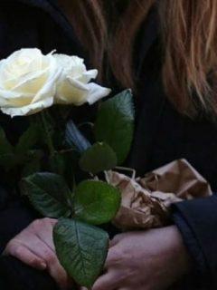 Mujer con flores en sus manos