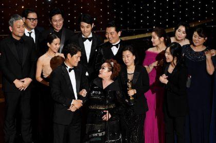 El elenco de 'Parásitos' celebra en la gala de los Premios Óscar 2020