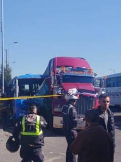 Accidente entre bus del SITP y tractomula