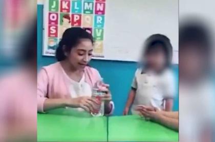 Profesora hace cruel broma a niña.