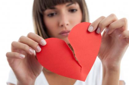 mujer con corazón roto