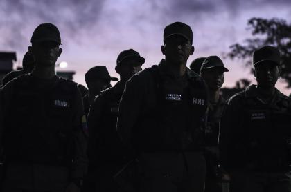 Militares venezolanos en la penumbra