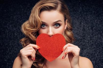 Mujer celebra San Valentín.