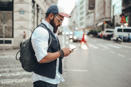 Hombre usando app de transporte