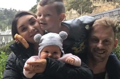 Robert Clarke y su familia con colombiana