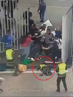 [Video] Vándalo noqueó a palo a un policía en disturbios en universidad de Antioquia