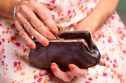 Anciana con dinero.