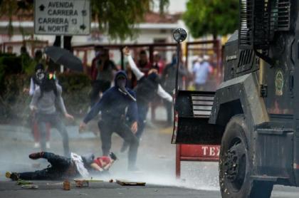 Enfrentamiento de encapuchados con el Esmad, en febrero del 2020