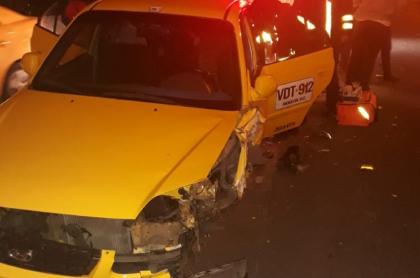 Taxi destruido en Autopista Norte con 153