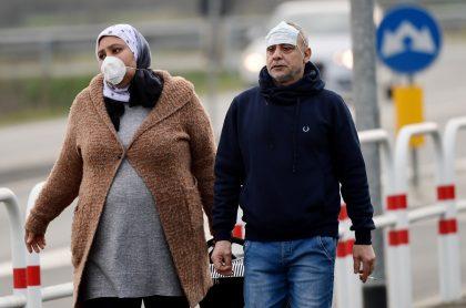 Habitantes de Casalpusterlengo, Milan, usan tapabocas para protegerse del coronavirus