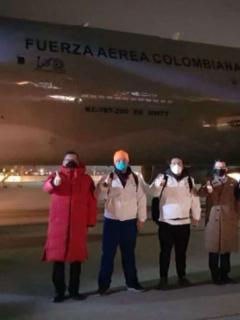 Parte de la tripulación del avión que repatriará a los colombianos de Wuhan